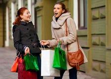 Молодые привлекательные подруги идут ходить по магазинам Стоковое Изображение