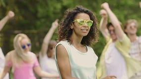 Молодые привлекательные танцы женщины при группа в составе друзья на музыкальном фестивале, partying видеоматериал