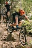 молодые пробные велосипедисты стоковые фото