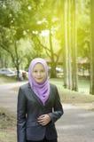 Молодые профессиональные женщины в костюме над городской предпосылкой парка Sunl Стоковая Фотография RF