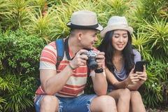Молодые путешественники принимая остатки на стороне дороги во время su стоковое изображение