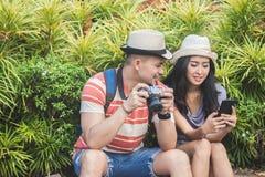 Молодые путешественники принимая остатки на стороне дороги во время su стоковая фотография rf
