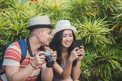 Молодые путешественники принимая остатки на стороне дороги во время su стоковое фото