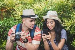 Молодые путешественники принимая остатки на стороне дороги во время su стоковые изображения