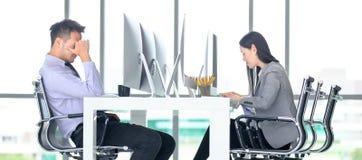 Молодые работники офиса предназначены к работать крепко в современном  стоковая фотография rf