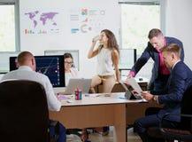 Молодые работники офиса работают в их офисе на новом проекте Стоковые Изображения