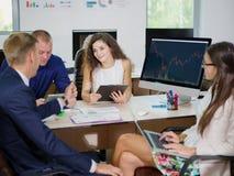 Молодые работники офиса работают в их офисе на новом проекте Стоковое Фото