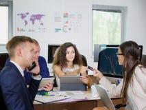 Молодые работники офиса работают в их офисе на новом проекте Стоковая Фотография