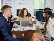 Молодые работники офиса работают в их офисе на новом проекте Стоковые Изображения RF