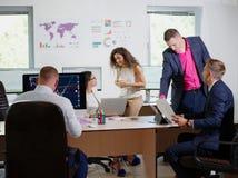 Молодые работники офиса работают в их офисе на новом проекте Стоковые Фото