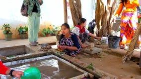 Молодые работники производят бумагу Шани на малой фабрике, Pindaya, Мьянме сток-видео