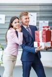 Молодые работники стоят с настоящими моментами в офисе стоковое фото rf