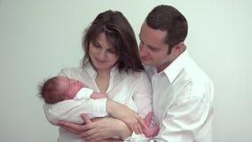 Молодые родители стоя и держа newborn младенца сток-видео