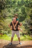 Молодые романтичные пары медового месяца в тропическом лесе джунглей тропического острова Бали, Индонезии Стоковое Фото