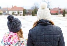 Молодые сестры смотря к расстоянию Стоковое фото RF