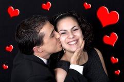 Молодые симпатичные пары с красными сердцами Стоковые Фото