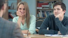 Молодые студенты во время слушать интересная лекция Стоковая Фотография RF