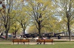 Молодые студенты говоря на benchs и старых карамболях в Montmorency Стоковые Фото