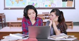 Молодые студенты изучая совместно в классе сток-видео