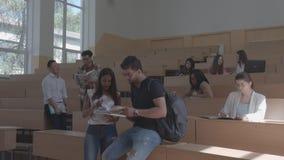 Молодые студенты связывая в классе видеоматериал