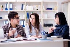 Молодые студент и учитель во время урока обучения Стоковая Фотография