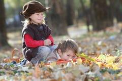Молодые счастливые дети на естественном backgrou осени Стоковое Изображение