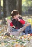 Молодые счастливые дети на естественном backgrou осени Стоковая Фотография RF