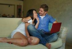 Молодые счастливые и возбужденные смешанные пары этничности с азиатским китайским банком интернета женщины и белого человека и он стоковое изображение