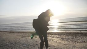 Молодые счастливые как раз пожененные пары имея потеху на пляже играя автожелезнодорожные перевозки во время их медового месяца в видеоматериал