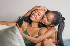 Молодые счастливые красивые азиатские сестры или подруги соединяют smilin стоковая фотография rf