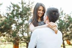 Молодые, счастливые, любящие пары, frolic и имеют потеху в парке, и наслаждаются одином другого, рекламой, и вводить текст стоковое изображение rf