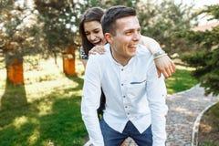 Молодые, счастливые, любящие пары, frolic и имеют потеху в парке, и наслаждаются одином другого, рекламой, и вводить текст стоковое фото rf