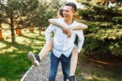 Молодые, счастливые, любящие пары, frolic и имеют потеху в парке, и наслаждаются одином другого, рекламой, и вводить текст стоковое фото