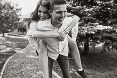 Молодые, счастливые, любящие пары, frolic и имеют потеху в парке, и наслаждаются одином другого, рекламой, и вводить текст стоковые изображения rf