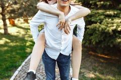 Молодые, счастливые, любящие пары, frolic и имеют потеху в парке, и наслаждаются одином другого, рекламой, и вводить текст стоковые изображения