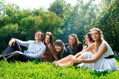 Молодые счастливые люди имея потеху стоковые изображения rf