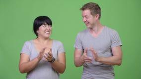Молодые счастливые мульти-этнические пары хлопать совместно сток-видео