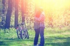 Молодые счастливые пары в влюбленности обнимая в лесе стоковое изображение