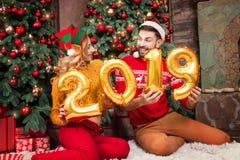 Молодые счастливые пары в любов во время веселого рождества и С Новым Годом! праздников стоковое фото rf