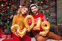 Молодые счастливые пары в любов во время веселого рождества и С Новым Годом! праздников стоковая фотография