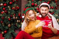Молодые счастливые пары в любов во время веселого рождества и С Новым Годом! праздников стоковые фотографии rf