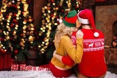 Молодые счастливые пары в любов во время веселого рождества и С Новым Годом! праздников стоковое фото