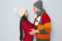 Молодые счастливые пары в теплых одеждах Стоковые Изображения