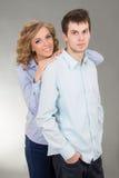 Молодые счастливые пары над серым цветом Стоковое Изображение
