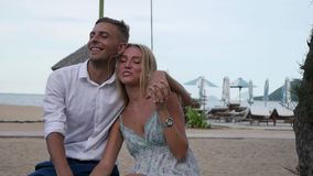 Молодые счастливые пары обнимая и целуя в парке около моря Романтичная принципиальная схема HD, 1920x1080 видеоматериал