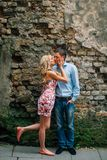 Молодые счастливые пары целуя на улице стоковое фото rf