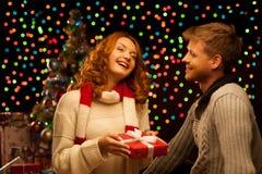 Молодые счастливые ся вскользь пары делая настоящий момент Стоковое фото RF