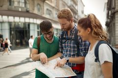 Молодые счастливые туристы sightseeing в городе Стоковое Изображение
