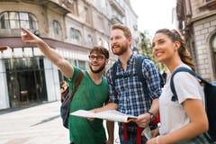 Молодые счастливые туристы sightseeing в городе Стоковые Изображения RF