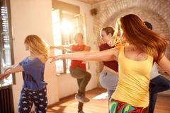 Молодые танцоры танцуя в студии танцев Стоковая Фотография